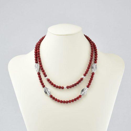 Collar de perlas rojas con hojas plateadas
