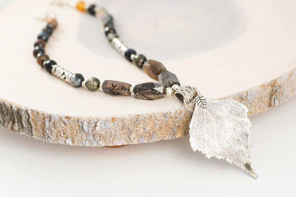 Collar de piedras jaspeadas y hoja plateada