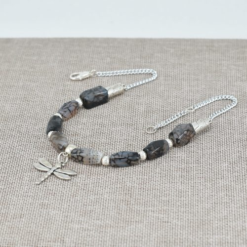 Collar de piedras jaspeadas negro y gris y libélula