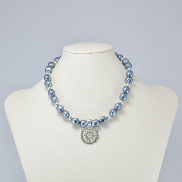 Collar de perlas gris azulado