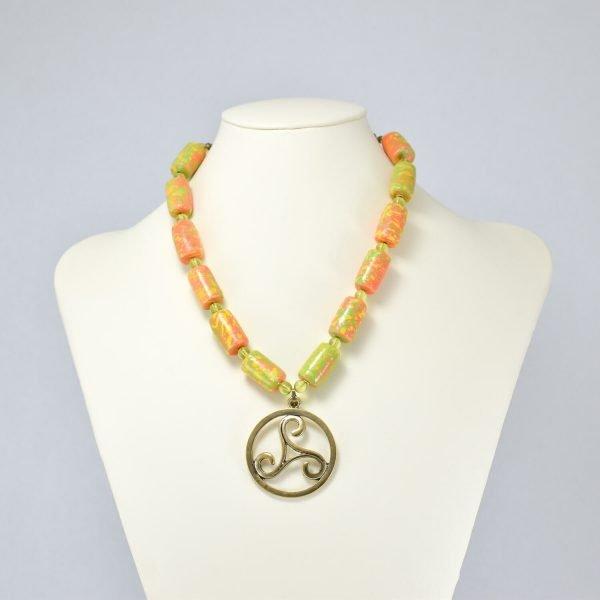 Collar de abalorios multicolor y triskelion