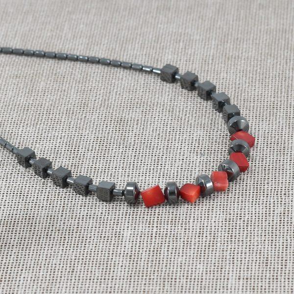 Collar de hematita con coral bambú rojo