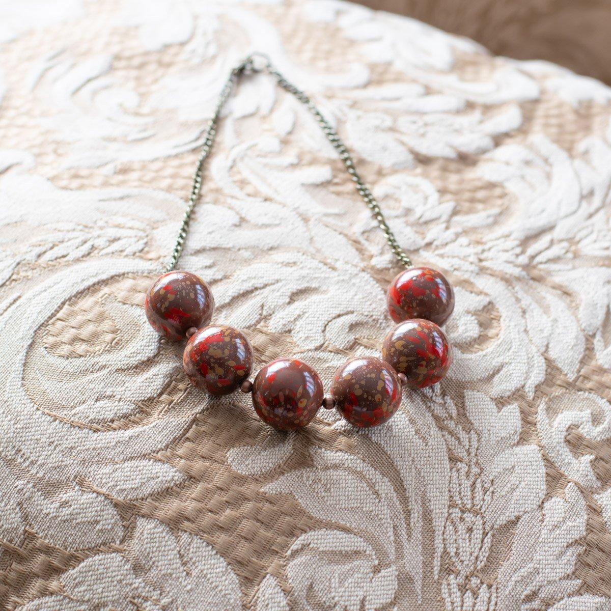 Collar de abalorios marrón con rojo