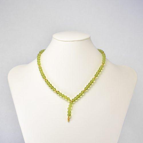 Collar de cristales verdes y acentos dorados