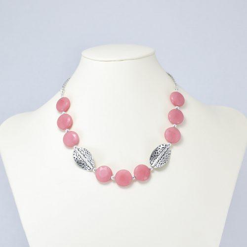 Collar de cuarzo rosa y acentos plateados