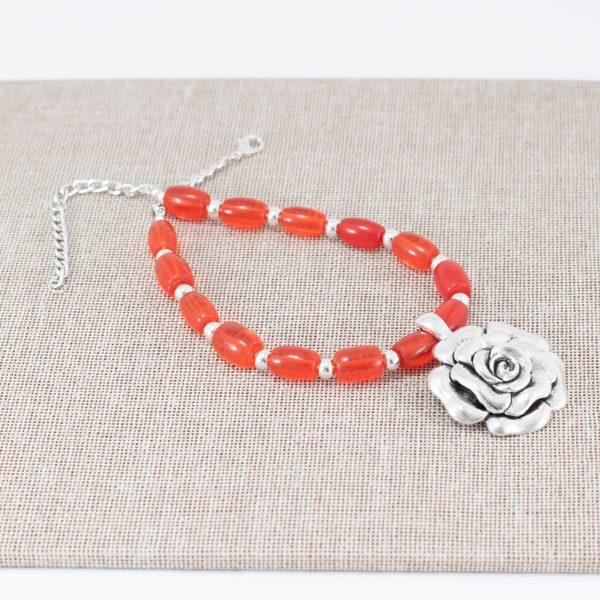 Collar naranja con dije de flor