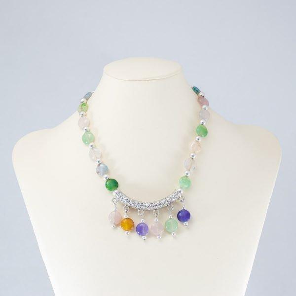 Collar de cristales multicolor y acento plateado
