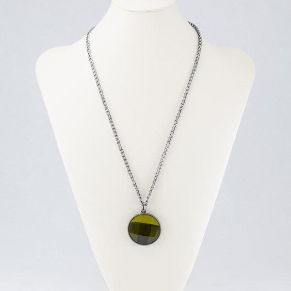 Collar con dije verde olivo facetado