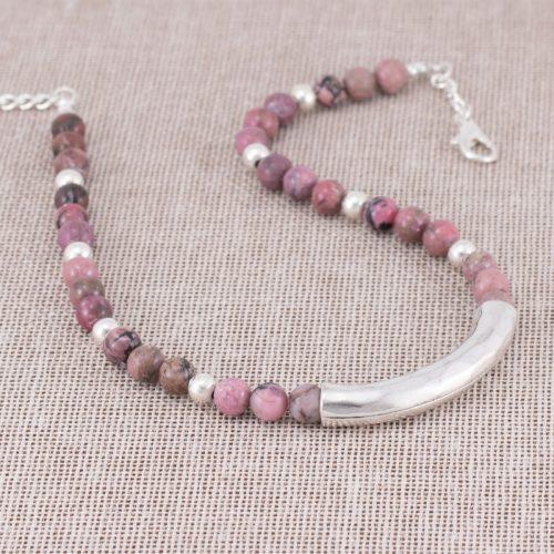Collar de rodonita rosada y acentos plateados