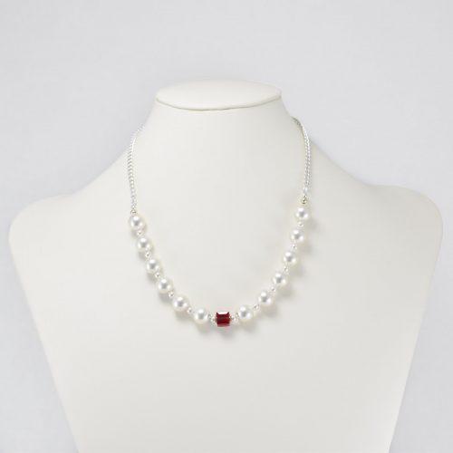 Collar de perlas Swarovski y cubo de cristal