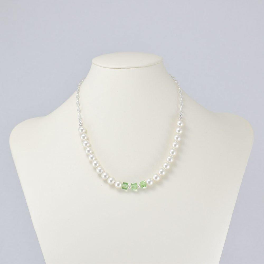 Collar de perlas blancas y cristales verdes