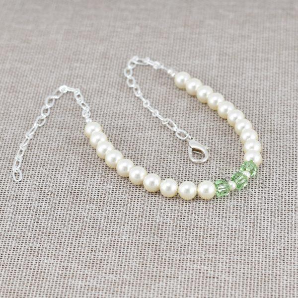 Collar de perlas crema y cristales verdes Swarovski
