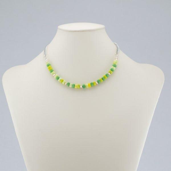 Collar de chips de vidrio verde y acentos plateados