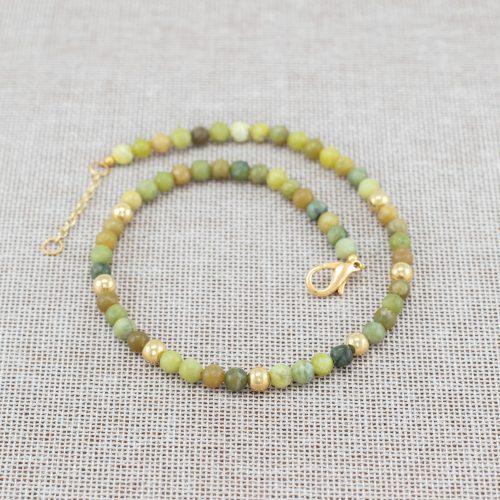 Collar de jade y acentos dorados