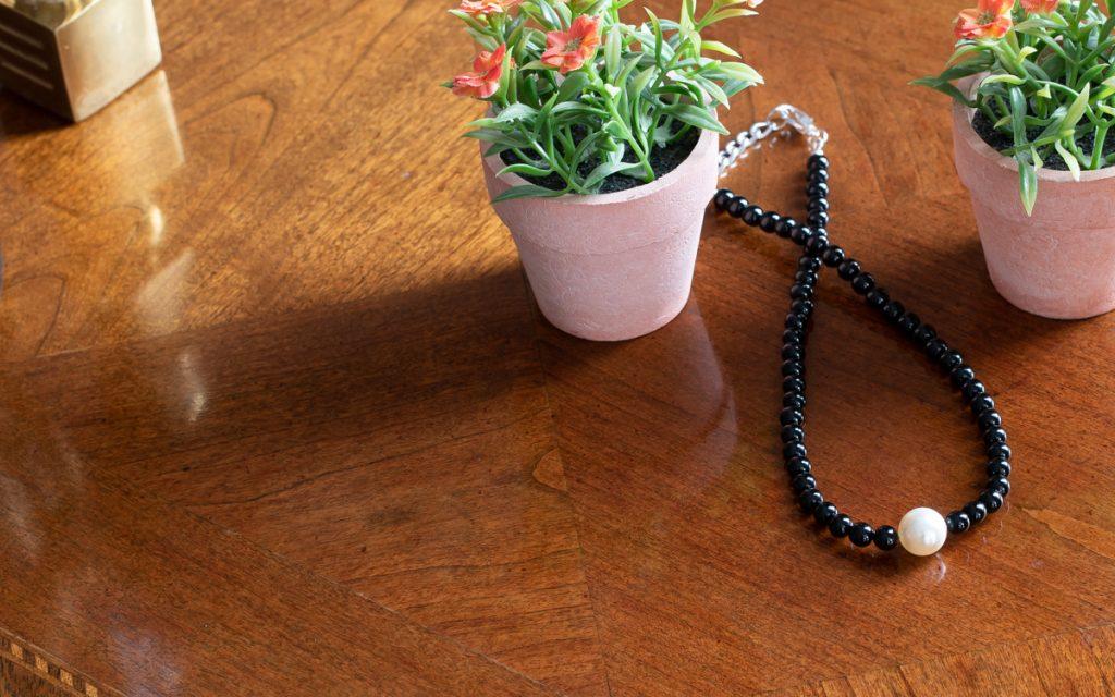 Collar de obsidiana y una perla Swarovski